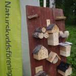 Förslag på biholkar. Allt gjort av återanvänt material, spillbitar från brädgården och vedbitar