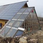 Växthus med solpaneler för el, solfångare för varmvatten. Lars F.
